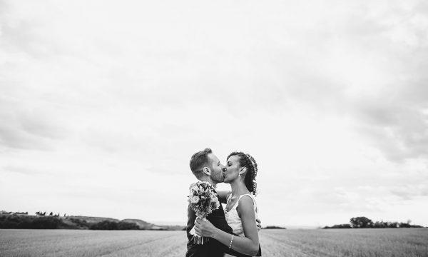 Beso apasionado de boda en Blanco y Negro