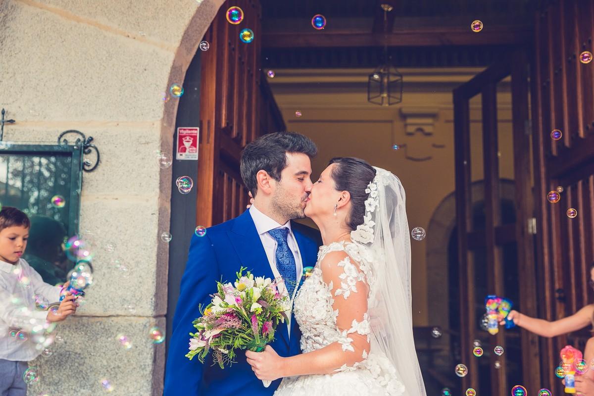 salida novios con pompasa, fotografos de boda madrid, we are